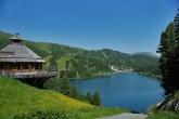 Der Bergsee lockt für den Wanderurlaub im Sommer und Winter