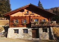 Bei guter Schneelage mit den Skiern abfahren und zur Hütte zurück